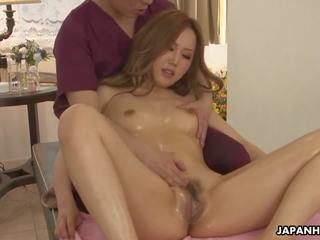 Auburn haired japans babe receives een massage en gets geneukt