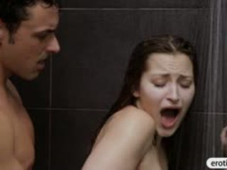 Sexy babe dani daniels blowjobs en geneukt in de badkamer