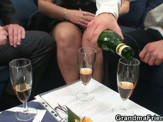 בוגר שמן gets nailed על ידי two dicks
