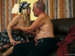 جميل في سن المراهقة enjoying جنس مع قديم رجل
