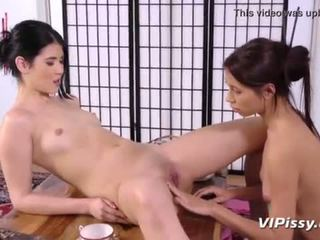 Asia lesbian showering di masing-masing lain piss