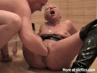 Fisting mans palaistuve sieva un urinējošas uz viņai seja
