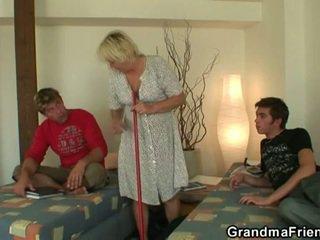 Geil tiener roommate fucks heet oma