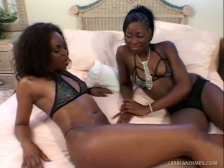 Mooi zwart dames lik trimmed fuzzy wuzzy