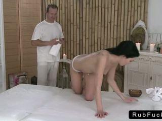 Cậu bé tóc nâu với một đẹp ass rode các masseur đến kết thúc
