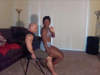 خطوة ابنة lap dance ends في امرأة سمراء
