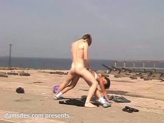 Giovanissima fica trapanata su il spiaggia