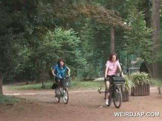 Asiatisk tenåring sweeties riding bikes med dildos i deres cunts