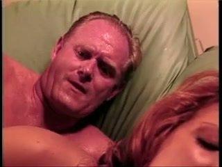 Two couples būt steamy četratā uz living istaba