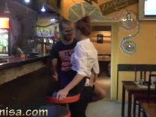Sexy serveerster fucks hard met geil klant