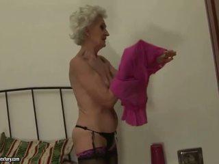 Γιαγιά enjoys λεσβιακό σεξ με νέος κορίτσι