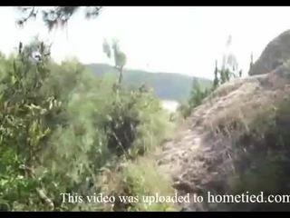 Jauns amatieri mežonīga jāšanās kamēr mountain hiking