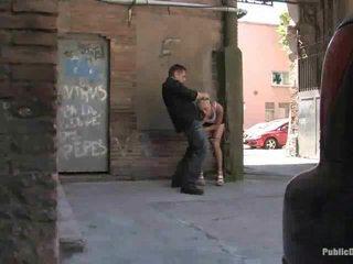 Leyla gets gebohrt im öffentlich ort