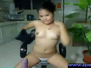 Kails aziāti meitene shaking viņai pakaļa līdz the vebkāmera