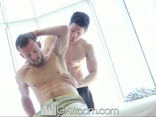 Gayroom লোমশ muscle guy হার্ডকোর পরে তেল mas