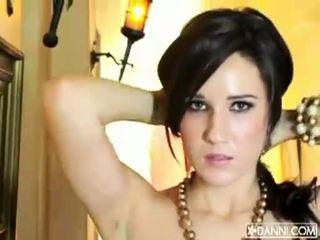 Krūtainas brunete skaistule erin avery strips un flashes viņai seksuālā ķermenis