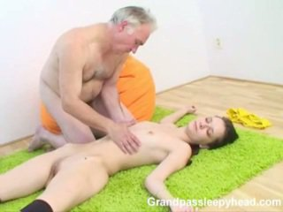 Grandad has جنس في سن المراهقة sleepyhead و spunks onto لها