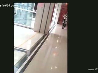 Chinees meisjes gaan naar toilet.4