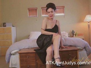 Sexy grua më e madhe nancy vee masturbates.
