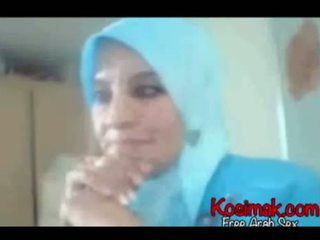 Arab hijab وقحة في كاميرا ويب عرض لها الثدي و pus