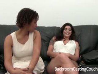 Two مفلس الفتيات تجربة الاداء إلى خلف الكواليس صب أريكة