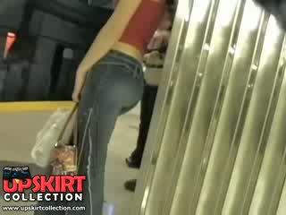 Io sinistra il mio nascosto lavoro in il underground e beccato questo graziosa ragazza in stretta jeans