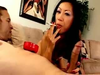 Chesty アジアの 雌犬 dia zerva smokes と gives フェラチオ