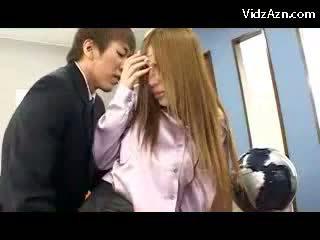 ボインの 女の子 で ピンク shirt と パンスト getting 彼女の プッシー licked fingered 上の ザ· offices デスク giving フェラチオ