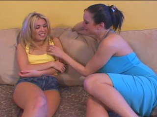 Heet blondine zuigen op haar moeder in wet kut