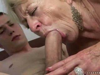 Nenek dan budak lelaki enjoying keras seks