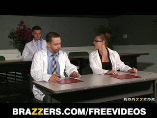 Slutty blondine verpleegster sneaks af bij werk naar bang een ziekenhuis intern