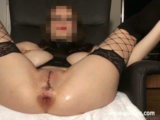 Anaal vuistneuken met haar vagina sewn closed