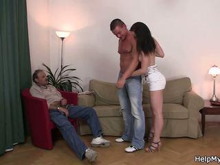 يمارس الجنس مع زوجتي