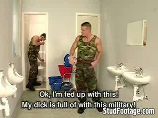 Tre militär guys suga varje andra dicks och få körd i den badrum