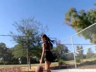 Mamalhuda asiática gets fodido por dela basquete treinador
