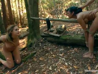 Tied вгору chanel preston has її коричневий tunnel bumped в a ліс