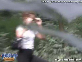 Guys roughly neuken een pee-peeing vriendin in de wood video-