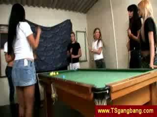 Zwembad spelletje ends omhoog met shemale gangbang