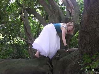 Madison צעיר מאונן barefoot ב the woods