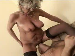 Gorące babcia alena sits na twarz i takes a duży jeden