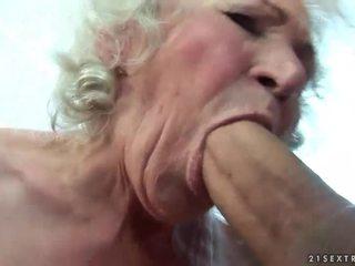 Krūtainas vecmāmiņa gets viņai matainas vāvere fucked