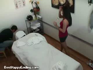 Një bukuroshe koreane masazh therapist doing një stimulim me dorë