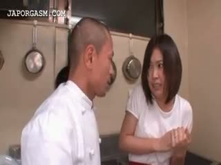 Azijietiškas padavėja gets papai grabbed iki jos bosas į darbas