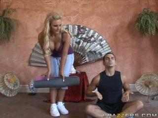 Seksuālā krūtainas blondīne palaistuve goes līdz the yoga meistars un gets viņam uzbudinātas