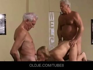 Appetizing mladý blondýna v an starý trojka