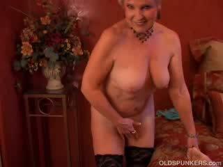 Mooi cougar sucks boner en eats sperma