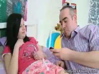Alena e suo uomo are insieme in letto e lui has an maggiore