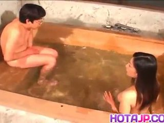 Ran asakawa con caliente jugs gives mamada y es fingered en piscina