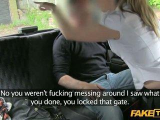 De devoir police femme enters une fake taxi
