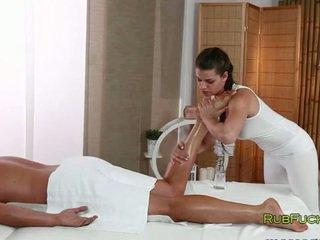 Olejováno masseur fucks muscle dude